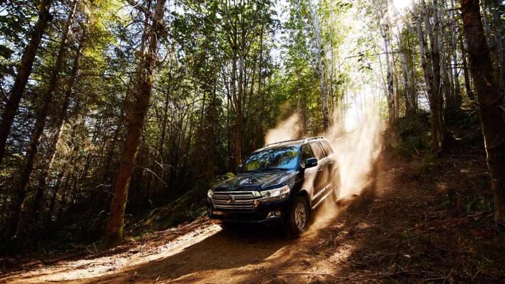 Toyota Land Cruiser спускается вниз по горам