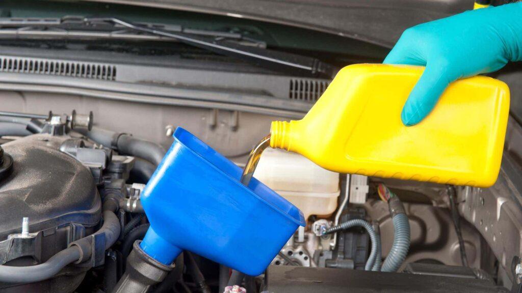 заливка моторного масла в автомобиль